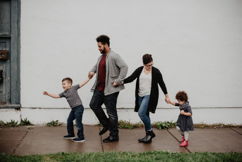 Famille de quatre marchant